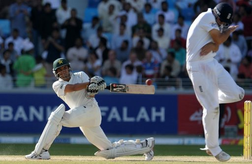Master blaster Younis Khan's hundred gives Pakistan upper hand in the 3rd Test against England