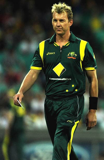 Brett Lee to continue bowling despite broken toe