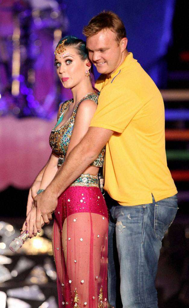 Katy Perry gets batting lessons from Doug Bollinger
