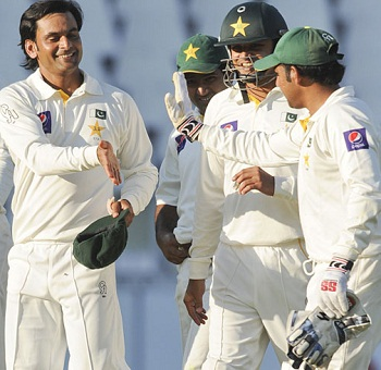 Mohammad Hafeez - Hailed by his team mates after he grabbed 4-16